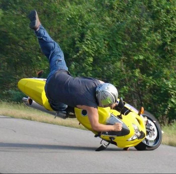 1282629225_motorbike_falls_08