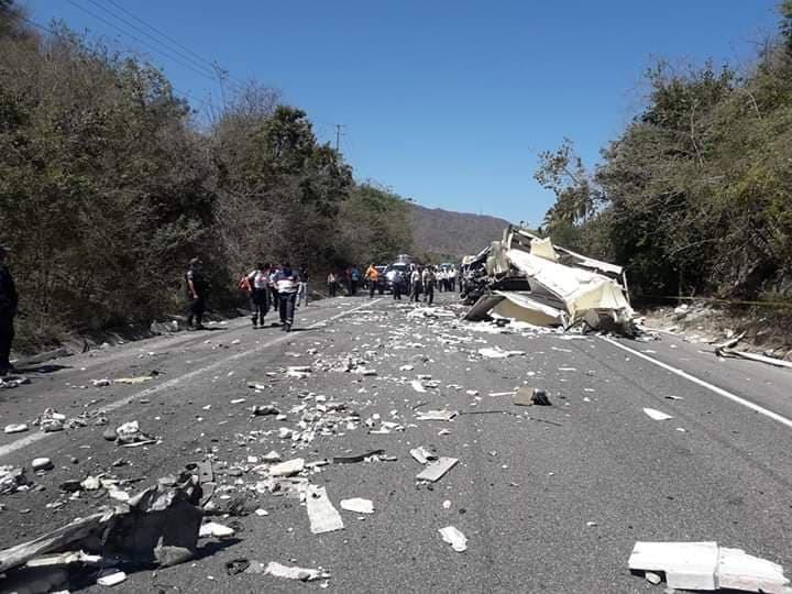Un muerto y un lesionado tras colisión en Cihutlán
