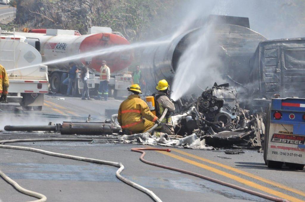 Aparatoso accidente en la autopista a Colima deja un muerto