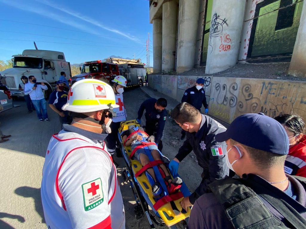 Moviliza a Bomberos y Policías, joven que se lanza de Puente en Tepic